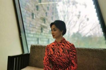 金星的时髦太难明穿花裙旗袍女性味十足53岁的脸却越来越爷们