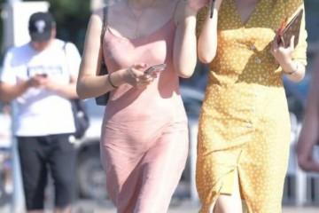 连衣裙看起来轻松大方安闲很好的秀出女性温顺的气味