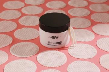护肤攀比之下,REW水杨酸精华棉片或成低端消费人群的掌中宝